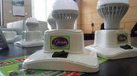 Mahasiswi UGM merancang lampu hemat energi yang ekonomis sebagai pengganti lilin saat mati listrik (Liputan6.com/ Switzy Sabandar)