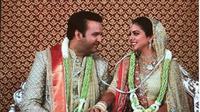 utri konglomerat Mukesh Ambani, Isha mengambil bagian dalam ritual pernikahan tradisional dengan putra pengusaha India, Ajay Piramal, Anand Ipramal di Mumbai, Rabu (12/12). (dok.Instagram @universalmediapro/https://www.instagram.com/p/BrUGMcdAkez/Henry