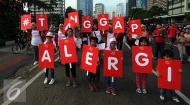 Ibu dan anak saat mengikuti pawai mengkampanyekan Bunda Tanggap Alergi dengan 3K kenali, konsultasikan, dan kendalikan di sekitar Bundaran HI, Jakarta, Minggu (17/4/2016). (Liputan6.com/Johan Tallo)