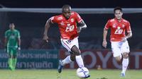 Greg Nwokolo merupakan pesepak bola kelahiran Nigeria yang dahulu sempat memperkuat Arema Cronus dan Persija Jakarta. (Sasana.Bectero.com)