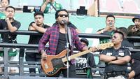 Persebaya mendatangkan band asal Jogja, Endank Soekamti, saat menjamu PS Tira di Stadion Gelora Bung Tomo, Surabaya, Selasa (11/9/2018). (Bola.com/Aditya Wany)