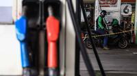 Pengendara motor melakukan pengisian baham bakar minyak (BBM) di SPBU, Jakarta, Rabu (5/2/2020). Kesiapan program tersebut didukung oleh komitmen bersama dari 70 Bupati terhadap perizinan pembangunan BBM Satu Harga di wilayah masing-masing. (Liputan6.com/Angga Yuniar)