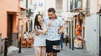 "Indra Priawan dan Nikita Willy terlihat mesra ketika mereka jalan-jalan di Sorrento, Italia. ""The truth is - i don't like to share my ice cream,"" tulis Nikita. (Foto: instagram.com/nikitawillyofficial94)"