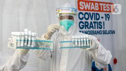 Petugas medis menunjukkan sampel peserta test SWAB massal gratis di halaman Dinas Kesehatan Tangeramg Selatan, Banten, Minggu (30/8/2020). Test Swab gratis tersebut diikuti 750 orang untuk pencegahaan penyebaran Covid-19. (merdeka.com/Dwi Narwoko)