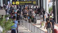 Sejumlah calon penumpang membawa barang mereka di Bandara Soekarno-Hatta Cengkareng, Banten, Jakarta (9/6). Dengan rincian keberangkatan 84.945 domestik dan 129 internasional.(Www.sulawesita.com)