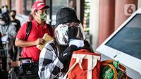 Calon penumpang menggunakan face shield di Terminal 2 Bandara Soekarno Hatta, Tangerang, Banten, Rabu (10/6/2020). PT Angkasa Pura II selaku pengelola mulai menjalankan skenario protokol penerapan tatanan normal baru. (Liputan6.com/Faizal Fanani)