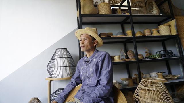 Utang Mamad (50) menunjukan ragam hasil kerajinan handmade berbahan bambu di workshop khusus bambu di wilayah Kecamatan Selaawi, Garut, Jawa Barat.