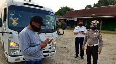 Polisi mengecek kendaraan penumpang di perbatasan sebagai antisapi mudik lebaran.