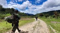 Pasukan TNI yang tergabung dalam Satgas Tinombala saat menyisir sekitar Desa Lemban Tongoa pascapenyerangan kelompok MIT, Rabu (2/12/2020). (Foto: Rahman)