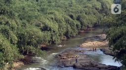 Beberapa anak bermain di aliran Sungai Ciliwung, Kota Depok, Jawa Barat, Senin (27/7/2020). Setiap tanggal 27 Juli diperingati sebagai Hari Sungai Nasional, namun ironisnya kondisi sungai Ciliwung masih terlihat banyak ceceran sampah, terutama plastik. (Liputan6.com/Helmi Fithriansyah)