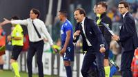 Pelatih Juventus, Massimiliano Allegri mengintruksikan pemainnya saat bertanding melawan Lazio pada lanjutan Liga Serie A Italia di Stadion Allianz di Turin, (14/10). Juventus kalah 2-1 atas Lazio. (Alessandro Di Marco / ANSA via AP)