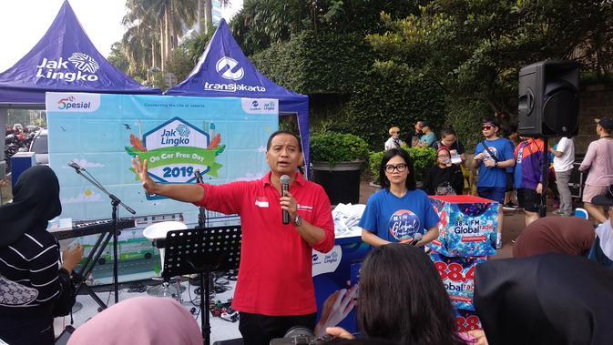 Direktur Utama PT Transjakarta Agung Wicaksono memperkenalkanBus Listrik Transjakarta kepada masyarakat di Car Free Day (CFD) Bundaran HI, Jakarta. (/Putu Merta Surya Putra)