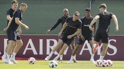 Aksi Jamie Vardy saat berlatih bersama rekan-rekannya di Zelenogorsk dekat St. Petersburg, Rusia, (13/7/2018). Inggris akan melawan Belgia untuk memperebutkan tempat ketiga Piala Dunia 2018. (AP/Dmitri Lovetsky)
