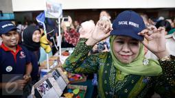 Mensos Khofifah mencoba topi karya pekerja sosial usai Seminar Internasional memperingati Hari Pekerja Sosial di Jakarta, Selasa (16/3/2016). (Liputan6.com/Faizal Fanani)