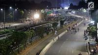 Massa berjalan di Jalan Tol Dalam Kota di sekitar ruas jalan Gatot Subroto, Jakarta, Rabu (29/9/2019). Massa yang rata-rata berseragam sekolah dan pramuka bentrok dengan petugas sehingga jalan depan Kompleks Parlemen lumpuh. (Liputan6.com/Helmi Fithriansyah)