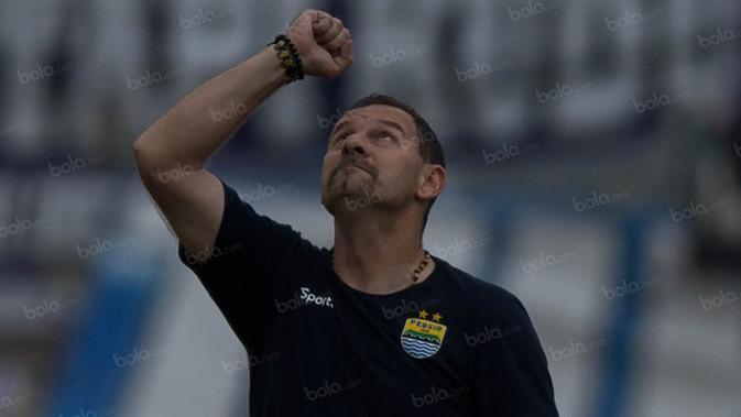 Ritual itu dilakukan pelatih Persib, Dejan Antonic, untuk memohon agar diberikan yang terbaik saat pertandingan. (Bola.com/Vitalis Yogi Trisna)