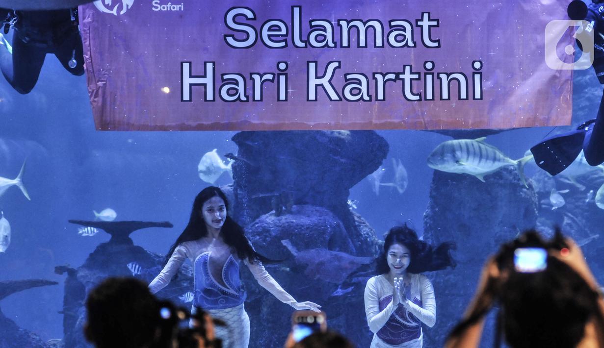 Putri duyung bersama penyelam memperingati Hari Kartini saat pertunjukkan bawah air di Jakarta Aquarium dan Safari (JAQS), Neo Soho Mall, Jakarta, Rabu  (21/4/2021). JAQS menghadirkan pertunjukkan putri duyung dalam rangka memperingati Hari Kartini. (merdeka.com/Iqbal S Nugroho)