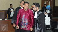 Kakak Saipul Jamil, Samsul Hidayatullah berdiskusi dengan kuasa hukum usai pembacaan vonis di Pengadilan Tipikor Jakarta, Senin (21/11). Majelis Hakim menjatuhkan vonis 2 tahun pidana penjara terhadap Samsul Hidayatullah. (Liputan6.co/Helmi Afandi)