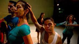 Para penari berlatih sebelum tampil dalam produksi tari kontemporer Ubuntu, di Teresa Carreno Theatre, Venezuela,  4 Desember 2018. AM Danza bekerja dengan 50 pemuda yang mengejar hasrat mereka untuk berdansa meskipun ada keterbatasan. (AP/Fernando Llano)