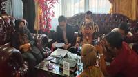 Ketua DPRD Kota Cirebon Affiati didampingi kuasa hukum memberi keterangan pers terkait gugatannyakepada DPP Partai Gerindra. Foto (Liputan6.com / Panji Prayitno)