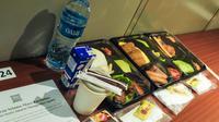 Paket makan yang disediakan untuk pasien Covid-19 yang isolasi mandiri di hotel. (dok. Biro Komunikasi Publik Kemenparekraf/Dinny Mutiah)