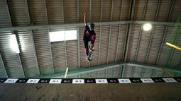 Skateboarder Misugu Okamoto menunjukkan keterampilannya saat sesi latihan di Kota Ama, Prefektur Aichi, Jepang, 2 Juli 2019. Okamoto bermain skateboard sejak duduk di bangku sekolah dasar. (Behrouz Mehri/AFP)