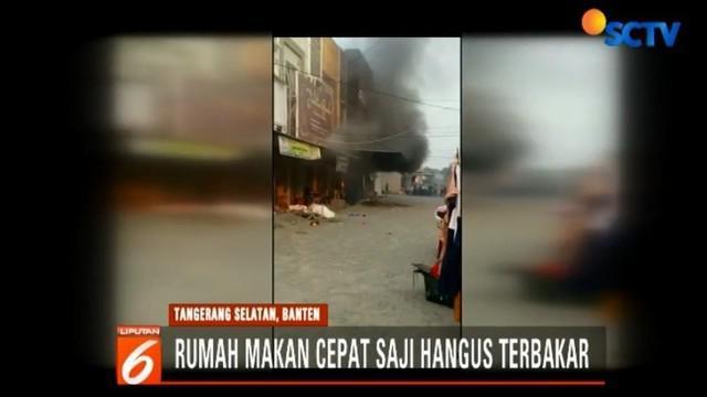 Selain menghanguskan hampir seluruh isi rumah makan cepat saji, api juga membakar dua unit sepeda motor.