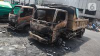 Kondisi sejumlah mobil proyek yang hangus terbakar saat unjuk rasa menolak pengesahan Undang-Undang Cipta Kerja di kawasan Senen, Jakarta, Jumat (9/10/2020). Unjuk rasa tersebut berakhir ricuh dan mengakibatkan sejumlah fasilitas umum rusak. (Liputan6.com/Angga Yuniar)
