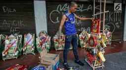 Penjual menata parcel sebelum dijual dikawasan Cikini, Jakarta, Sabtu (17/6). Penjual parcel mengaku menjelang Lebaran permintaan parcel dari harga Rp100 ribu hingga dua juta rupiah mulai mengalami peningkatan. (Liputan6.com/Faizal Fanani)