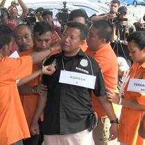 Polda Metro Jaya menggelar rekonstruksi pengeroyokan anggota TNI Kapten Komaruddin. Rekonstruksi menghadirkan 5 tersangka pelaku pengeroyokan
