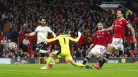 Pemain Liverpool Mohamed Salah (kiri) mencetak gol ke gawang Manchester United pada pertandingan Liga Inggris di Old Trafford, Manchester, Inggris, Minggu (24/10/2021). Liverpool menang 5-0. (Martin Rickett/PA via AP)