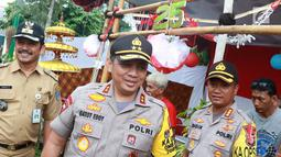 Kapolda Metro Jaya Irjen Gatot Eddy Pramono meninjau persiapan tempat pemungutan suara (TPS) di Kampoeng Pemilu Nusantara, Depok, Jawa Barat, Selasa (16/4). Peninjauan tersebut untuk memastikan persiapan dan keamanan penyelenggaraan pemilu serentak 17 April 2019. (Liputan6.com/Immanuel Antonius)