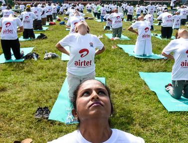 Ratusan Warga Kenya Ikuti Yoga Massal di Stadion