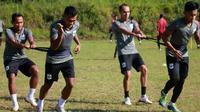 Pemain PSIS digembleng dalam latihan fisik di kawasan Bandungan, Kabupaten Semarang. (Bola.com/Vincentius Atmaja)