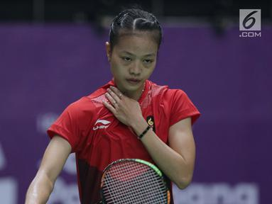 Tunggal putri Indonesia, Fitriani saat melawan pemain Jepang, Zomi Okuhara pada semifinal Bulutangkis Beregu Putri Asian Games 2018 di Jakarta, Selasa (21/8). Fitriani kalah 21-19, 4-21, 10-21. (Liputan6.com/Helmi Fithriansyah)