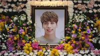 Pada awal Mei kemarin, tempat penghormatan terakhir untuk mediang Jonghyun SHINee resmi ditutup. Dan pada 2 Mei 2018, SM Entertainment pun menuliskan pesan yang menyentuh setelah menutup ruang peringantan untuk Jonghyun. (CHOI Hyuk/pool/AFP)