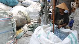 Pekerja memilah sampah plastik di pabrik pengolahan kawasan Kapuk, Cengkareng, Jakarta, Selasa (17/9/2019). Pabrik mengolah sampah plastik menjadi recycle untuk kemudian dijual ke pabrik-pabrik yang lebih besar. (merdeka.com/Arie Basuki)