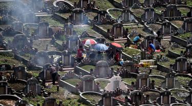 Etnis China Malaysia mengunjungi makam leluhur mereka pada festival tahunan Qingming (Cheng Beng) di Kuala Lumpur, Minggu (3/4). Festival itu merupakan hari ziarah kubur ditandai dengan mengunjungi dan membersihkan kuburan leluhur. (MANAN Vatsyayana/AFP)