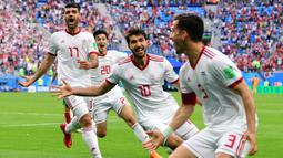 Para pemain Iran merayakan gol bunuh diri yang dilakukan pemain Maroko, Aziz Bouhaddouz, pada grup B Piala Dunia di Saint Petersburg, Jumat (26/6/2018). Gol ini tercipta pada menit '90+5 atau masa injury time. (AFP/Giuseppe Cacace)
