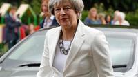 PM Inggris Theresa May tiba di TPS Kota Maidenhead untuk memberikan suaranya dalam pemilu Inggris, Kamis (8/6). Sebanyak 650 anggota parlemen Westminster akan dipilih, dengan sekitar 46,9 juta orang terdaftar untuk memilih. (AP Photo/Alastair Grant)