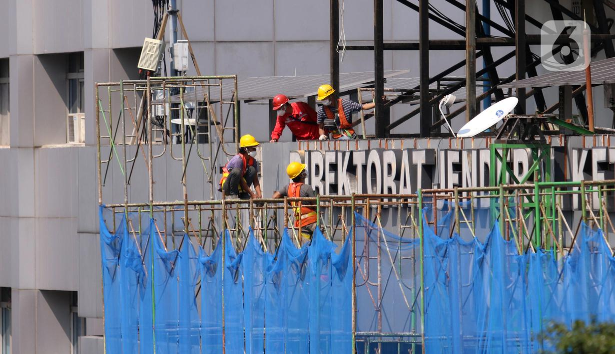 Pekerja melakukan perawatan gedung bertingkat di Jakarta, Rabu (28/7/2021). Menteri Koordinator Bidang Perekonomian Airlangga Hartarto mengungkapkan selain pekerja di wilayah PPKM Level 4, subsidi upah juga akan diberikan kepada pekerja di wilayah PPKM Level 3. (Liputan6.com/Angga Yuniar)