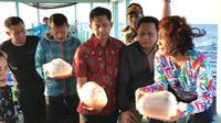Menteri KKP Susi Pudjiastuti melepas benih lobster di Banyuwangi bersama petugas. Dok: Humas Kementerian KKP