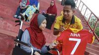 Andik Vermansah bertemu dengan fans spesial, Nur Aina Syafiqah, yang setia mendukungnya dalam keterbatasan. (Bola.com/The Star)