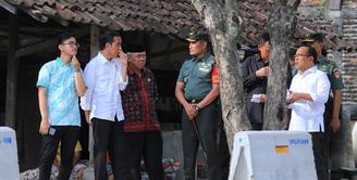 Presiden Joko Widodo atau dikenal dengan Jokowi akan mantu putrinya Kahiyang Ayu pada 8 November mendatang. Senin, (6/11) Jokowi terlihat hadir ke tempat yang akan digunakan sebagai pernikahan putrinya dengan Bobby Nasution. (Adrian Putra/Bintang.com)