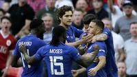 Para pemain Chelsea merayakan gol yang dicetak oleh Eden Hazard ke gawang Manchester United pada laga final Piala FA 2017-2018 di Stadion Wembley, Sabtu (19/5/2018). Chelsea menang 1-0 atas Manchester United. (AP/Tim Ireland)