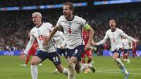 Selebrasi pemain Inggris, Harry Kane usai menjebol gawang Denmark dalam pertandingan semifinal Piala Eropa 2020 di Wembley stadium, Kamis (8/7/2021). (Foto: AP/Pool/Laurence Griffiths)