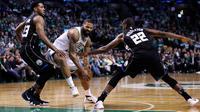 Pebasket Boston Celtics, Marcus Morris, berusaha melewati pebasket Milwaukee Bucks, Khris Middleton  dan Sterling Brown, pada gim kedua babak play off NBA di Stadion TD Garden, Rabu (18/4/2018). Celtics menang 120-106 atas Bucks. (AP/Charles Krupa)
