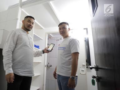 CEO Kamar Keluarga Charles Kwok (kiri) dan COO Ferry Lukas (kanan) sedang menujukkan cara pemesanan kamar melalui websitekamarkeluarga.iddi salah satu unit Kamar Keluarga di Duri Kosambi, Cengkareng, Jakarta, Kamis (19/9/2019). (Liputan6.com/HO/Ading)