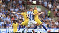 Pemain Chelsea, Jorginho dan Ross Barkley, duel udara dengan pemain Huddersfield Town, Jonathan Hogg, pada laga Premier League di Stadion John Smith's, Sabtu (11/8/2018). Chelsea menang 3-0 atas Huddersfield Town. (AP/Mike Egerton)