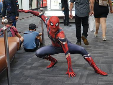 Warga yang mengenakan kostum Spider-Man merayakan Halloween di San Bernardino County, California, AS,  31 Oktober 2020. Akibat pandemi COVID-19, pejabat bidang kesehatan masyarakat mengingatkan publik tentang pentingnya mengenakan masker dengan benar saat merayakan Halloween. (Xinhua/Zeng Hui)